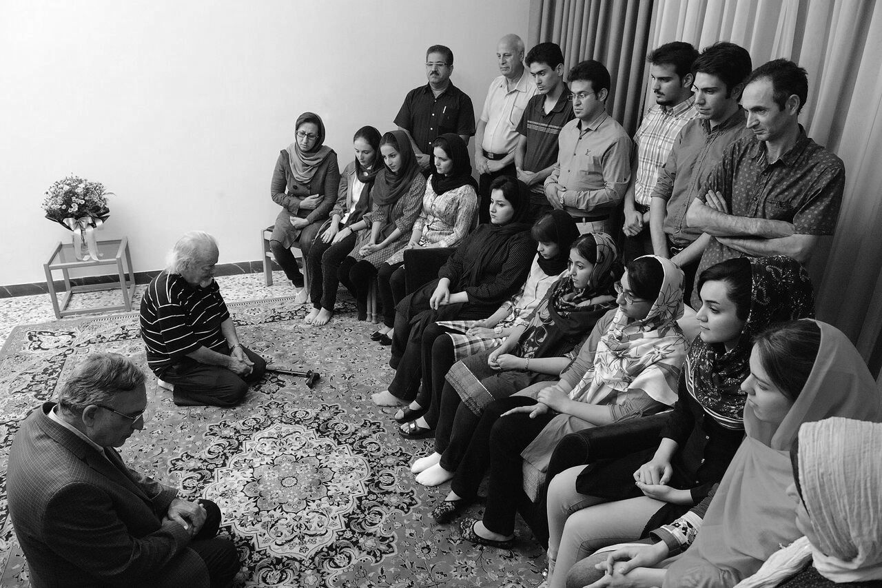 Mohammad Nourizad speaking to a group of Baha'i students