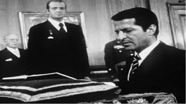 Adolfo Suarez is sworn in as head of government as King Juan Carlos looks on
